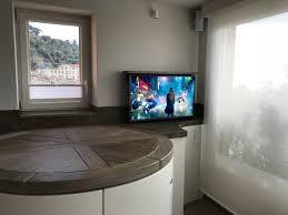 tv dans cuisine télévision encastrée dans le plan travail cuisine coudert