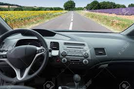 le pare brise de voiture avec route de cagne voir intérieur