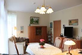 blick in ein gemütlich eingerichtetes wohnzimmer altersfroh