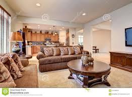 typisches wohnzimmer im amerikanischen haus mit teppich und