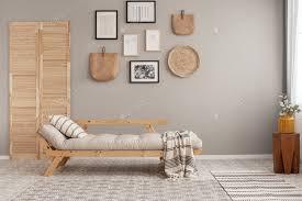 galerie plakaten und kinck knack auf beige wand des trendigen wohnzimmer interieur foto bialasiewicz auf envato elements