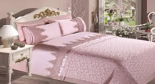 lit de chambre une chambre à coucher chic et confortable avec une parure de lit de