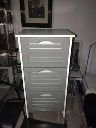 kleine badkommode landhausstil grau weiß badregal