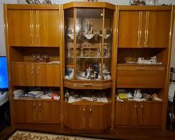 wohnzimmer schrank antik mit beleuchteter großer vitrine