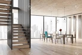 schwarzes und hölzernes abgestreiftes esszimmer interieur mit einem holzboden ein langer tisch steht in der mitte des raumes mit weiß und einem