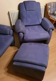 zwei hochlehner sessel mit hocker stoffbezug blau
