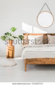 monstera pflanze auf einem baumstamm mit nachttisch und