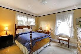 kleine gemütliche schlafzimmer mit gelb blaue decke und elegantes design