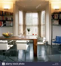 moderne esszimmer mit erker mit jalousien tisch und stühle