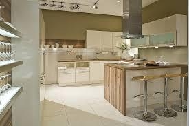 u küche weiß mit holzarbeitsplatten