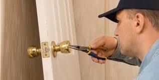 comment ouvrir une porte de chambre sans clé ma serrure a cassé que faire comment ouvrir ma porte