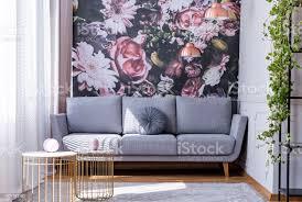 echtes foto hellen wohnzimmer interieur mit blumentapete grau lounge mit fenster mit vorhängen kissen und gold ende tabellen stockfoto und mehr