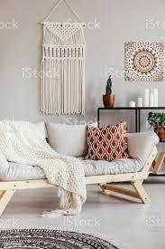 gemusterte kissen und decke auf sofa in grau boho wohnzimmer interieur mit poster echtes foto stockfoto und mehr bilder boho stil