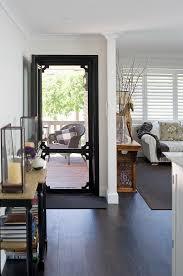 offene haustür ins klassische wohnzimmer bild kaufen