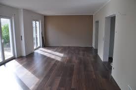 bodenbelag im wohnzimmer erfahrungen mit nussbaum laminat