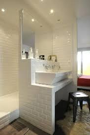 carrelage salle de bain metro une salle de bain avec du carrelage métro blanc