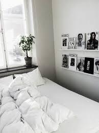plante verte dans une chambre à coucher comment décorer le mur avec une étagère murale plantes