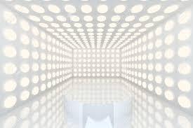 vide chambre podium dans la chambre vide avec la couleur blanche abstraite sphère