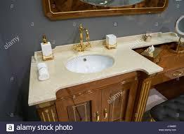 blick auf luxus badezimmer mit weißen einschub keramik