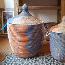 paniers à linge en moelle de rotin naturel et bord couleur