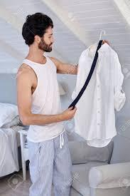 l homme avec la chemise de travail et une cravate dans la maison