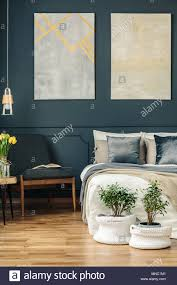 vintage schlafzimmer innenraum mit sessel bett blumen