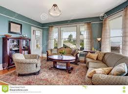traditioneller wohnzimmerinnenraum in den blauen und weißen
