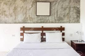 doppelbett und möbel mit bilderrahmen das schlafzimmer ist hotelzimmer