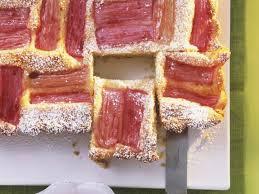 rhabarberkuchen mit erdbeercreme