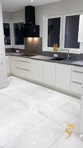 weiße küche mit dunklen akzenten küche weisse küche