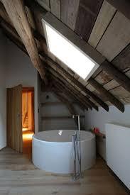 Interessane Gestaltung Eingelassene Badewanne Hölzerne Bretter Holz Als Wandverschalung Badezimmer Dachschräge Dachfenster