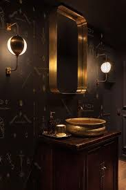 dunklen holzschrank schwarzen gemusterten wänden und