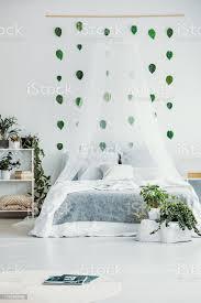 klassisches schlafzimmer mit urbanem dschungel und himmelbett mit königsgröße mit grauer decke stockfoto und mehr bilder behaglich