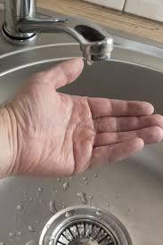 ein tropfen wasser tropft personal in palme die prüft ob