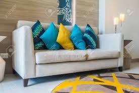 schöne luxus kissen auf dem sofa dekoration im wohnzimmer innenraum