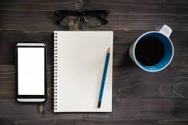 telecharger un bloc note pour le bureau table de bureau en bois avec bloc notes vierges crayons lunettes