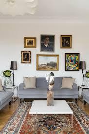 bilderwand überm grauen sofa im bild kaufen 13188051