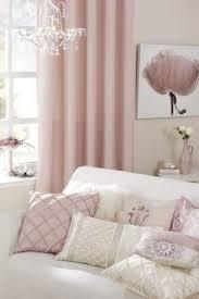 wohnzimmer farben rosa weiß vintage deko kissen gardinen