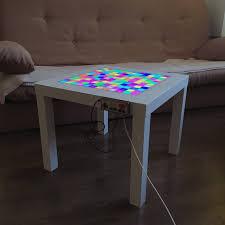 retro table spielt tetris auf diesem tisch