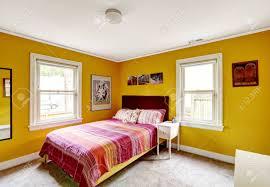 schlafzimmer in leuchtend gelbe farbe mit einzelbett abgestreift bettwäsche