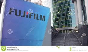 panneau de signage de rue avec le logo de fujifilm gratte ciel de