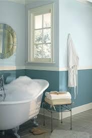 nuancen blau werden in diesem bad hübsch kombiniert