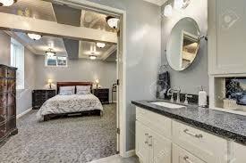 keller badezimmer interieur in grau und weiß tönen geöffnete tür zum schlafzimmer northwest usa