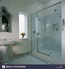 glas wand und tür zur dusche im modernen weißen badezimmer