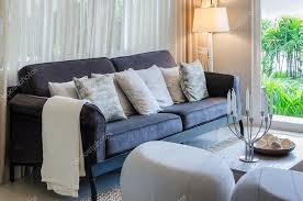 luxus wohnzimmer mit blauem sofa zu hause stockfotografie
