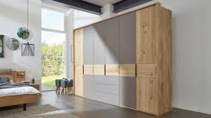 interliving schlafzimmer serie 1015 kleiderschrank 7326 sienafarbenes mattglas wildeiche sechstürig drei schubladen