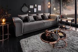 das samt sofa strahlt vollkommene eleganz aus und lässt