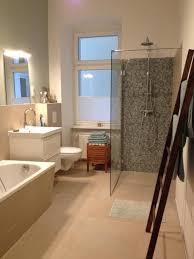 gemütliches großes badezimmer mit begehbarer dusche in
