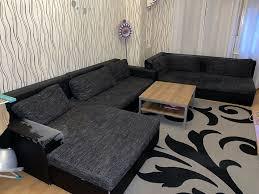 schwarzer sofa mit lederlehnen