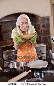 femmes plus cuisine banque d images plus vieille femme sentir tarte dans cuisine